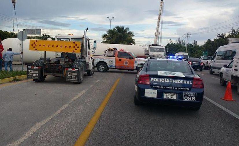 La carretera de entrada y salida de la Riviera Maya fue bloqueada esta semana dos veces por aparatosos accidentes. (Octavio Martínez/SIPSE)