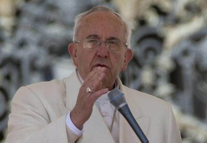 Francisco bendice a los fieles durante la audiencia general semanal en la Plaza de San Pedro, en el Vaticano. (Agencias)