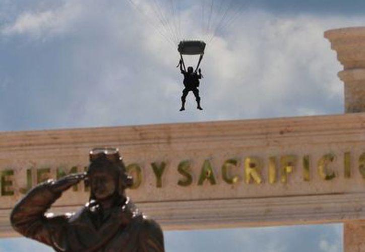 El monumento al Escuadrón 201 fue develado ayer en Cozumel. (Gustavo Villegas/SIPSE)