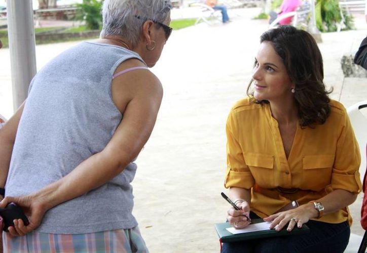 La presidenta del DIF municipal compartió momentos agradables con los abuelitos y las abuelitas. (Cortesía/SIPSE)
