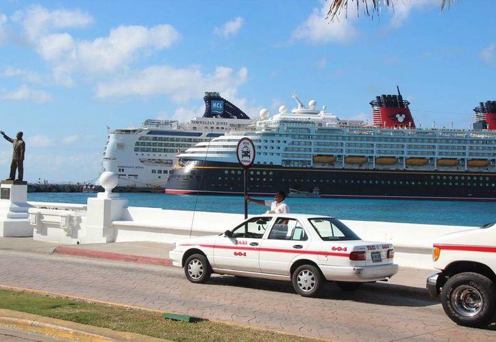 Los taxistas de Cozumel esperan que les autoricen incrementar 10 % sus tarifas. (Gustavo Villegas/SIPSE)