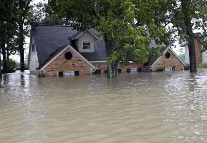 La tormenta sigue dejando intensas precipitaciones que amenazan con aumentar el saldo provisional de nueve víctimas mortales. (AP)