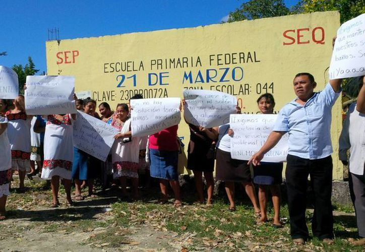 Padres de familia exigieron ayer la asignación de un nuevo conserje para la primaria de sus hijos. (Rossy López/SIPSE)