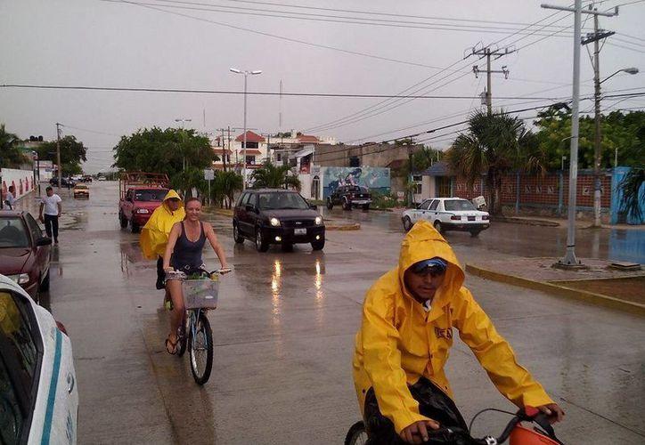 Una lluvia con granizo sorprendió ayer por la tarde a los playenses. (Redacción/SIPSE)