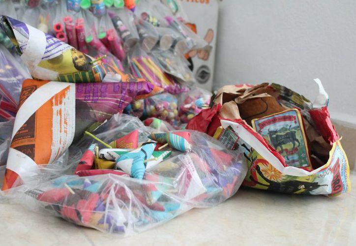 Protección Civil municipal decomisó siete kilos de pirotecnia que se vendían a través de redes sociales. (Ángel Castilla/SIPSE)