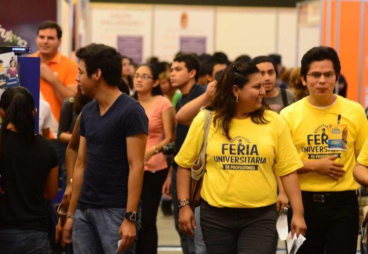 Desde temprano empezaron a llegar los jóvenes a la feria universitaria organizada por la Uady. (SIPSE)