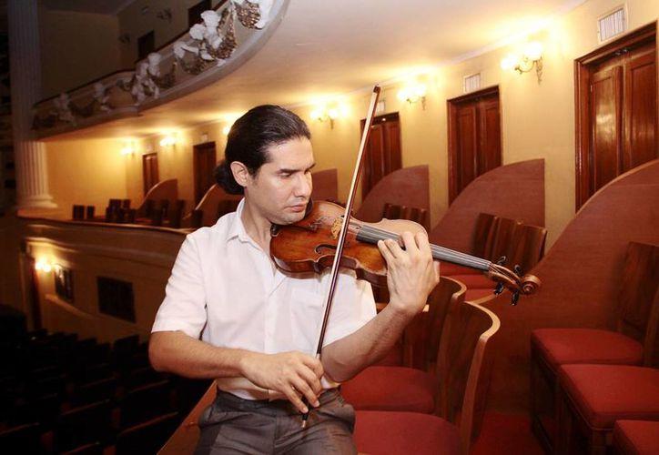 """El artista  Óscar Bohórquez  se presentó en el Teatro """"Peón Contreras"""" con la Orquesta Sinfónica de Yucatán. (Milenio Novedades)"""