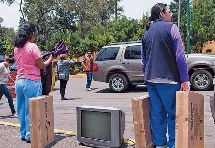 El gobierno federal lleva a cabo la entrega de televisores digitales a la vez que se realiza el apagón analógico, Según la SCT, hasta el momento se han entregado 6.2 millones de televisores digitales y a finales del 2015 se planea elevar la cifra a los 9.4 millones. (mediatelecom.com)