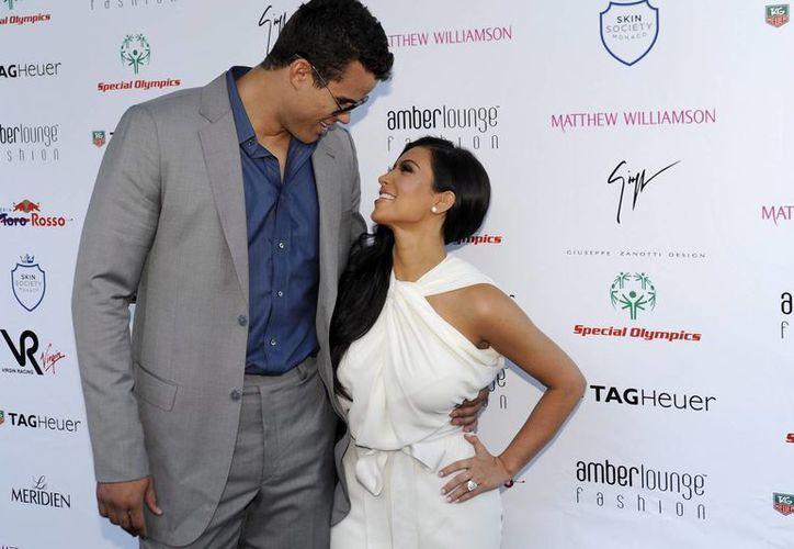 Kim Kardashian y Kris Humphries posan en su primera aparición pública como pareja comprometida, al asistir el 27 de mayo de 2011 al espectáculo de moda Amber Lounge en Montecarlo, Mónaco. (EFE/Archivo)