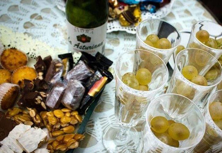 Muchos restaurantes ofrecen paquetes completos en los que se incluye comida, bebida y diversos espectáculos para la cena de fin de año. (Archivo)