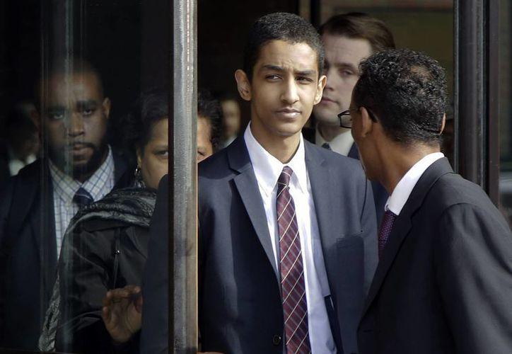 Robel Philipos sale de una corte federal con su abogado defensor, Derege Demissie, a la derecha, luego de ser condenado por dos cargos por los sucesos del Maratón de Boston. (AP)