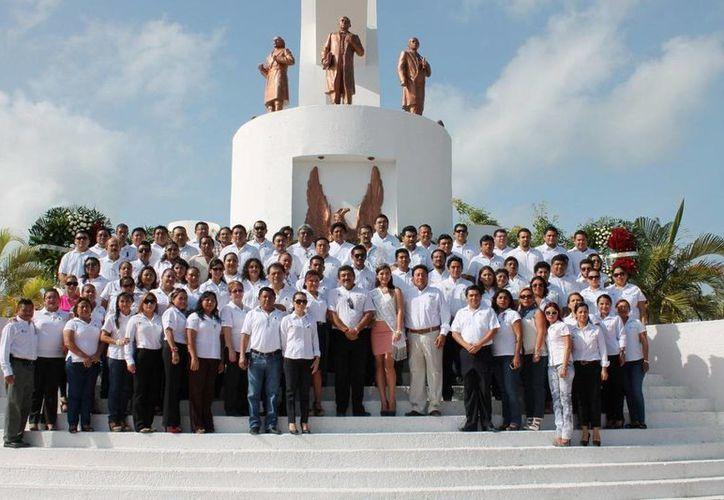 Posaron para la fotografía del recuerdo al pie del monumento a los héroes de la independencia. (Redacción/SIPSE)