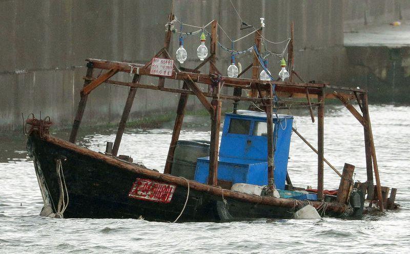 Encuentran 'barco fantasma' con ocho cadáveres en Japón