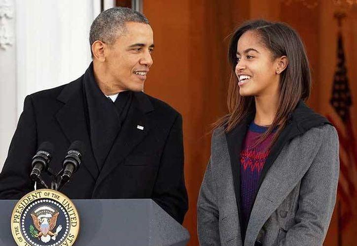 Malia Obama trabajará a lado de Lena Dunham en la serie girls, esta será su segunda participación en programas televisivos. En la foto; Malia Obama junto a su padre Barack Obama durante una celebración en la casa blanca.(Notimex)