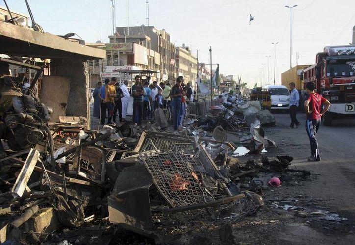 Imagen del lugar donde explotó un coche bomba en el distrito de Sadr en Bagdad, Irak, hoy. (EFE)