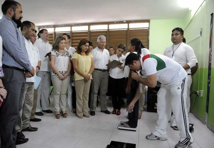 La medición de peso y talla a alumnos arrancó en la escuela 'Felipe Carrillo Puerto' de Kanasín. (Milenio Novedades)