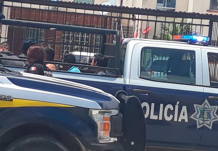 Luego de unos minutos, tres asaltantes fueron detenidos y subidos a una patrulla para su traslado a la sede policíaca.