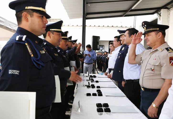 Varios agentes recibieron reconocimiento en el marco del festejo del 11 aniversario de la Policía Municipal de Mérida. (SIPSE)