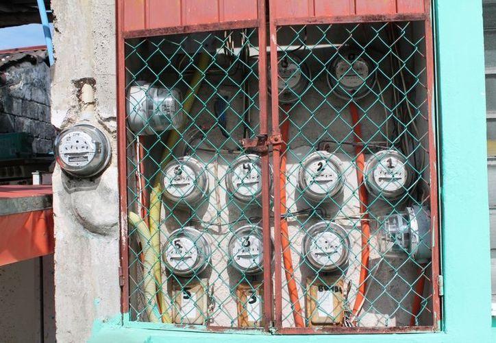 """Una de los métodos para robar energía electrica es el llamado """"puente"""" instalado dentro del medidor con la finalidad de que la energía no active el funcionamiento de medición. (Juan Carlos Gómez/SIPSE)"""