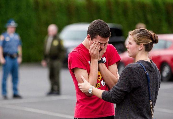 Un estudiante de la preparatoria Marysville-Pilchuck, de Seattle, Washington, llora a las afueras del plantel, tras el tiroteo en el que murieron adolescentes, incluido el autor material Jaylen Fryberg. (AP)