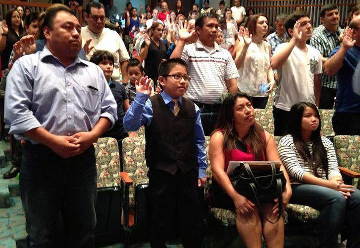 El pequeño mexicano Luis Litez, de Oaxaca, estuvo en primera fila en la ceremonia donde se nacionalizaron decenas de menores de varias nacionalidades. (AP)