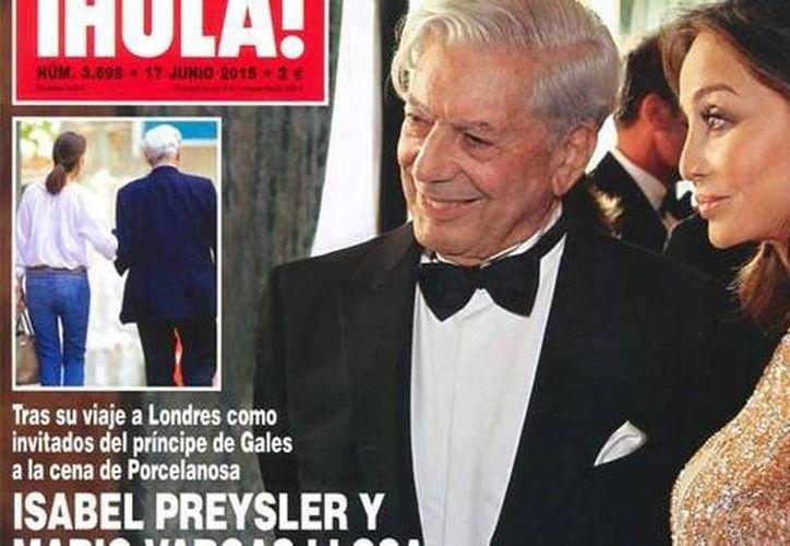 Imagen de la portada de la revista española Hola en donde aparece Mario Vargas Llosa, de 79 años, junto con Isabel Preysler, de 64 años. (clarin.com)