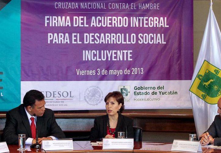 Ayer, Gobierno de Yucatán y Sedesol firmaron el Acuerdo Integral para el Desarrollo Incluyente-Cruzada Nacional contra el Hambre, el cual libera más de 3,000 mdp para combatir el rezago y marginación en la entidad. (Cortesía)