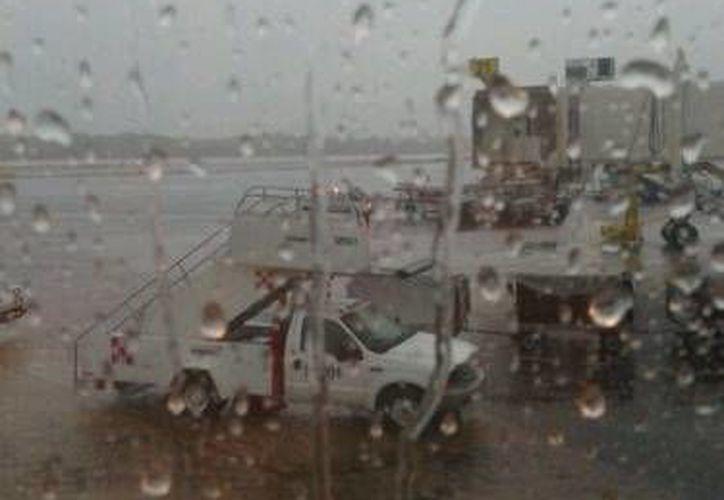 El Aeropuerto de Cancún no ha presentado cancelaciones en sus vuelos aunque las lluvias no han parado. (Foto de Contexto/SIPSE)