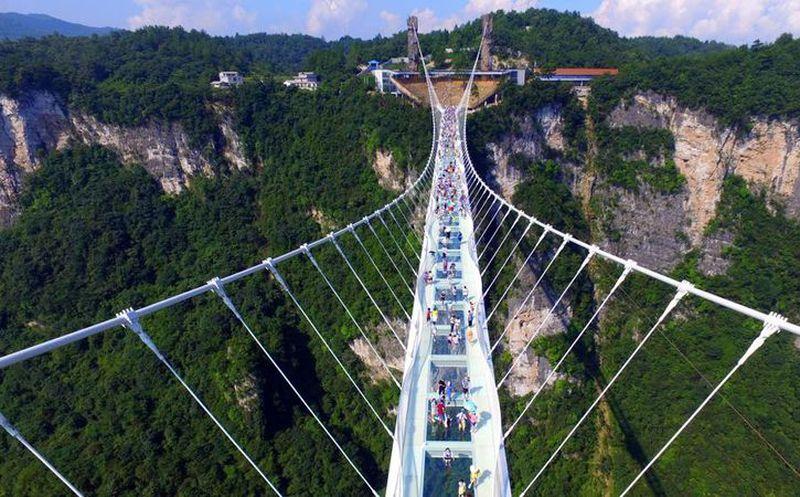 Inauguran en serranía china el puente de cristal más largo del mundo