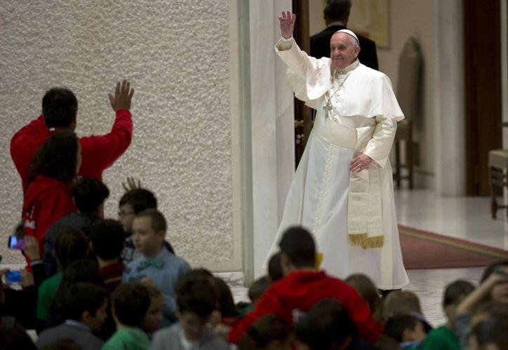 Francisco recibió en el Vaticano a decenas de familias en ocasión de la festividad de la Sagrada Familia. (AP)
