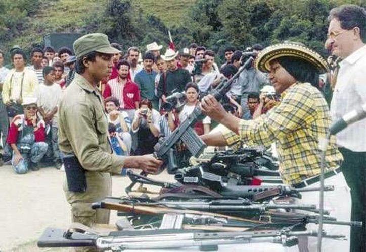Foto del 3 de marzo de 1991, cedida por la Fundación Cultura Democrática, que muestra la desmovilización del  Ejército Popular de Liberación en el campamento central de Labores, corregimiento del municipio de Belmira, Antioquia. (EFE/Fundación Cultura Ciudadana)