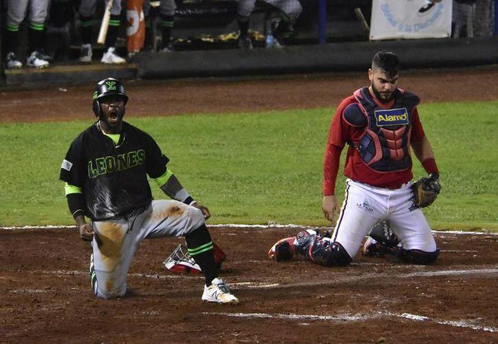 Corey Wimberly anota la carrera del triunfo de Leones de Yucatán contra Piratas de Campeche. Las fieras se fueron al frente en la serie: 3-2. (Novedades de Campeche)