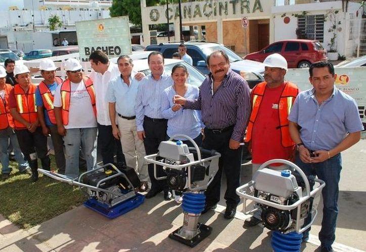 El alcalde Eduardo Espinosa Abuxapqui aseguró que los trabajos de bacheo en la capital serán cada día más evidentes. (Cortesía/SIPSE)