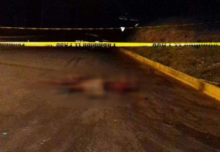 El cuerpo de 'El Tísico' y otras tres personas fueron abandonados en el estacionamiento de la caseta Santa Casilda. (adninformativo.mx)