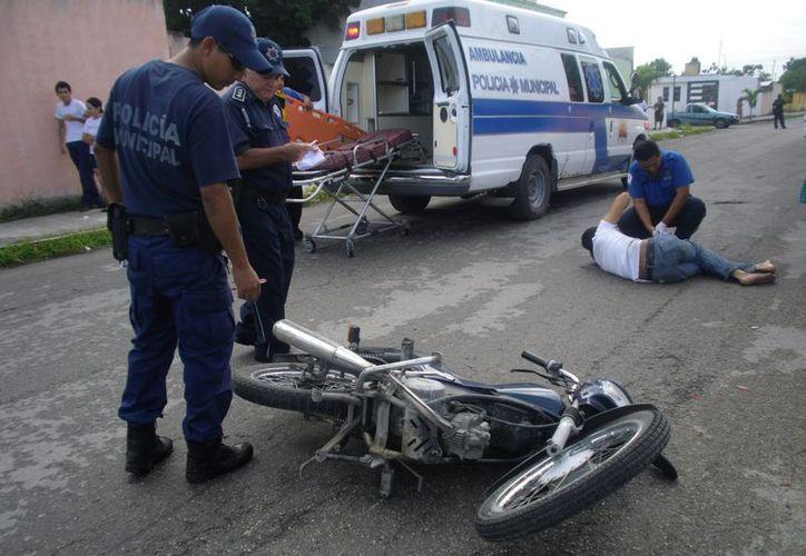Ángel Díaz fue auxiliado por paramédicos de la Unidad de Respuesta a Emergencias Médicas, quienes lo trasladaron al hospital. (Redacción/SIPSE)