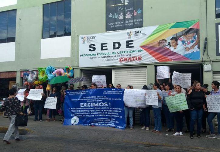 Los trabajadores se manifestaron a las puertas de la oficina, sobre la calle 62 con 65 y 67. (Foto: Óscar Chan)