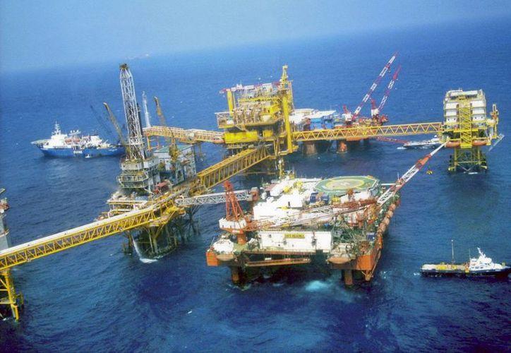 Noruega aplica un modelo de empresa privada para la explotación petrolera. En la imagen, una plataforma de exploración de Pemex en altamar. (Archivo/Notimex)