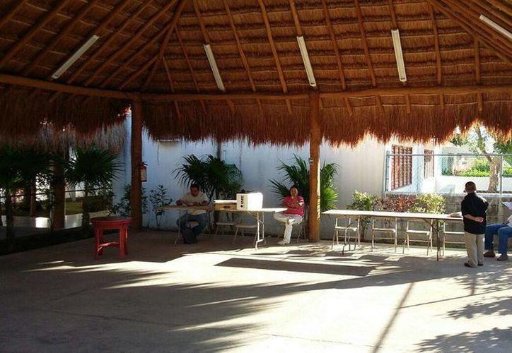A las 8:30 am solo estaban el presidente y secretario en casillas del centro de Playa del Carmen. (Daniel Pacheco/SIPSE)