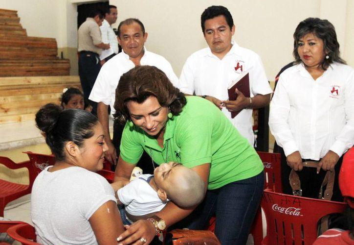 La presidenta del DIF Yuctán, Sarita Blancarte, durante la jornada médica. (SIPSE)