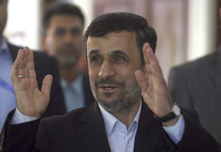 El presidente iraní, Mahmud Ahmadinejad a su llegada a la reunión bilateral con el presidente indonesio, Susilo Bambang Yudhoyono. (Agencias)