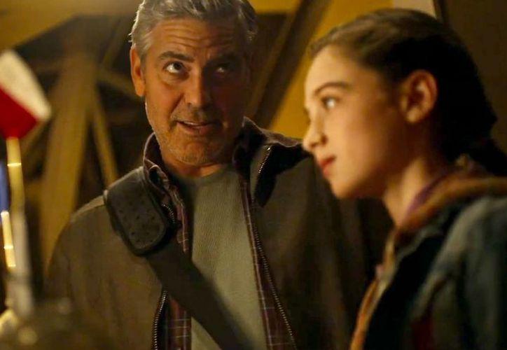 George Clooney es uno de los protagonistas de Tomorrowland, que en su primer fin de semana se puso a la cabeza de la taquilla. (usmagazine.com)
