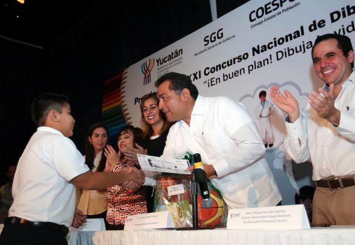 El Secretario General de Gobierno entregó reconocimientos a niños y jóvenes participantes del concurso de dibujo. (Milenio Novedades)