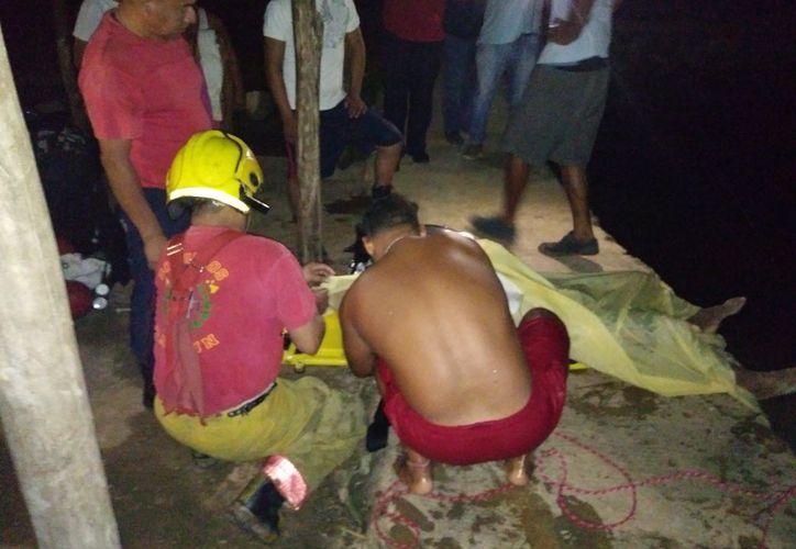 Los rescatistas lograron sacar el cuerpo de la persona. (Redacción)