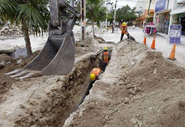 Realizan renovación del drenaje en la avenida. (Israel Leal/SIPSE)