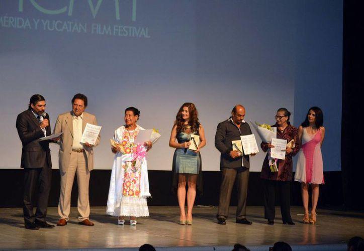 Reconocidos actores y directores del cine mexicano recibieron anoche lo que fue denominado el Premio Nacional de Cinematografía, entregado en el marco del Primer Festival Internacional de Cine de Mérida y Yucatán. (Notimex)