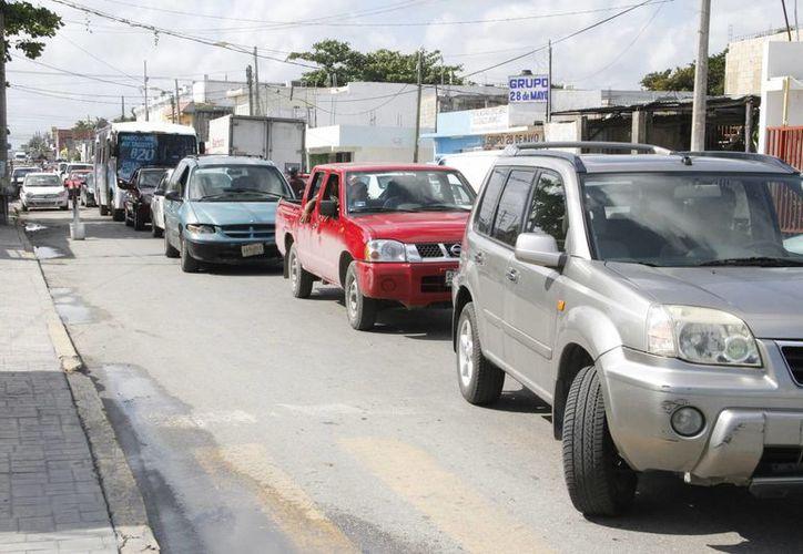 La fila de vehículos se hizo extensiva sobre las avenidas Bonampak, José López Portillo, Tulum y Ruta 4. (Tomás Álvarez/SIPSE)