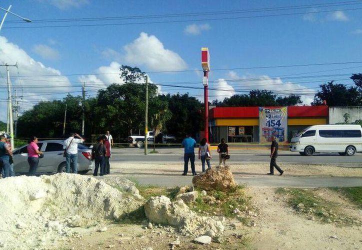 La camioneta, Van, blanca, quedó estacionada frente a una tienda. (Eric Galindo/SIPSE)