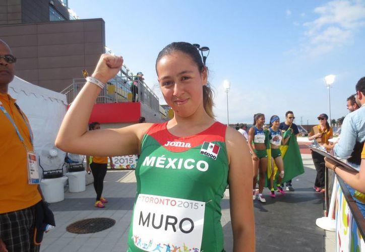 La atleta mexicana Lucía Muro, debutante en Juegos Parapanamericanos, vino a Toronto para participar en dos carreras y en ambas obtuvo medalla de bronce: 100 metros y 200 metros T38. En la imagen, posa con una de sus medallas. (Notimex)