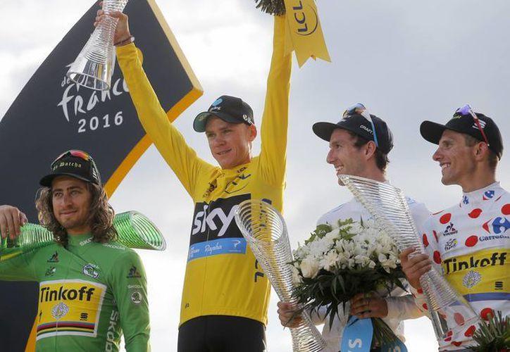 Froome celebró su triple maillot amarillo, los cuales ha ganado en 2013, 2015 y ahora 2016. (AP)