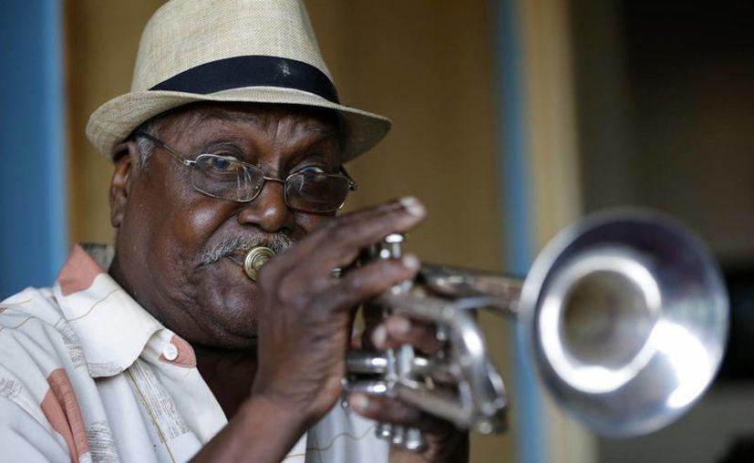 El cubano posa para un retrato con su inseparable trompeta en su apartamento en Nueva York. (Agencias)